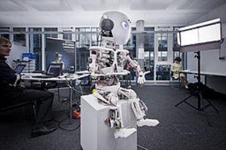 """Schweizer Robotik-Forscher mit """"Roboy"""" auf dem 53. BME-Symposium"""